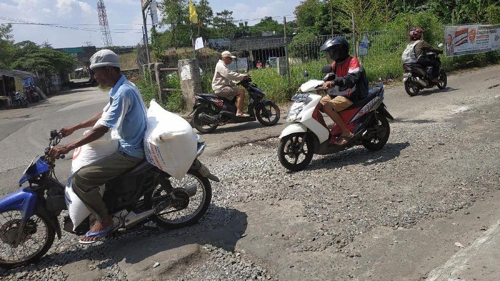 Jalan Berlubang di Depok Ini Rusak Parah, Pengendara Jadi Korban