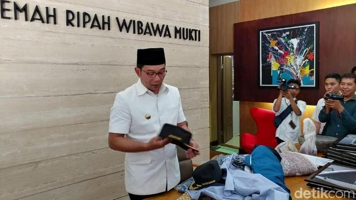 Ridwan Kamil beres-beres kantor Wali Kota Bandung (Foto: Tri Ispranoto)