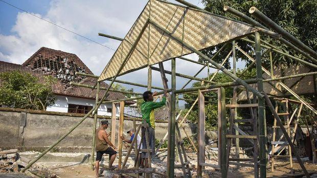 Warga korban gempa Lombok, NTB, membangun rumahnya kembali, di Desa Pemenang Barat, Kecamatan Pemenang, Lombok Utara, NTB, Selasa (21/8).