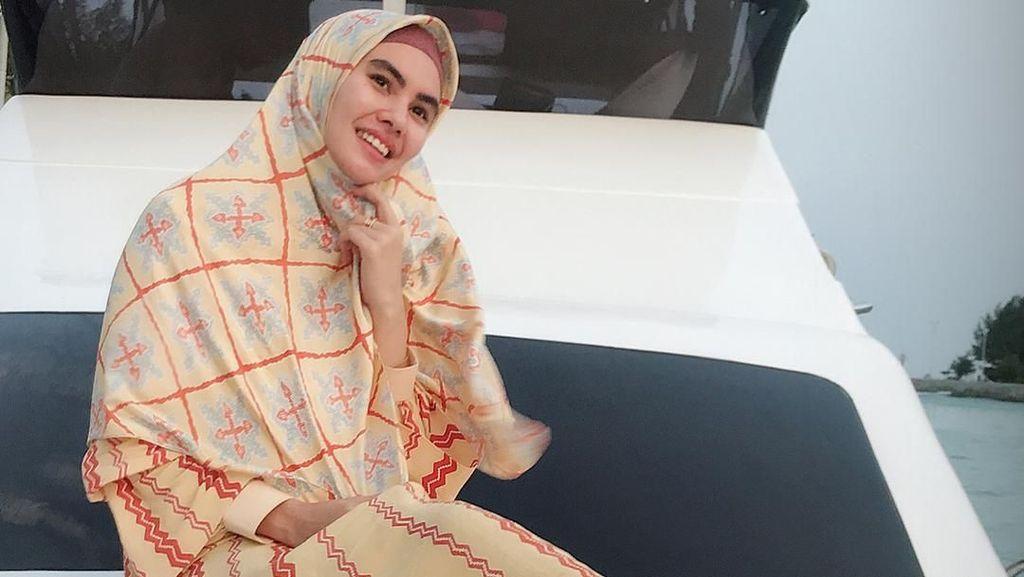 Fakta-fakta Kartika Putri yang Jadi Model Catwalk dengan Izin Suami