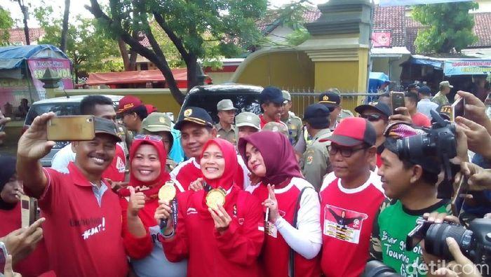 Aries Rahayu diajak selfie oleh warga Grobogan (Akrom Hazami/detikSport)