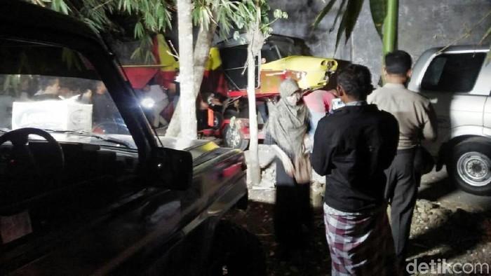 Evakuasi badan pesawat latih yang jatuh di Gunungkidul. Foto: dok. Basarnas DIY