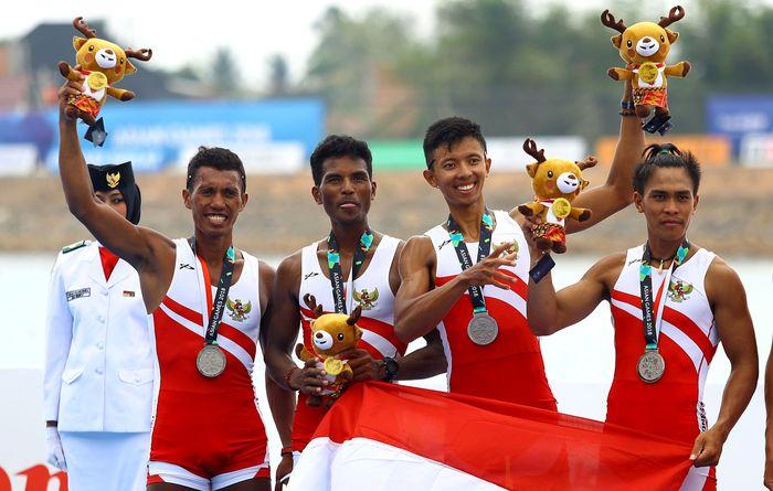 Nomor 10 ada empat atlet dayung --Ali Buton, Ferdiansyah, Ihram, Ardi Isad-- mendapat total bonus Rp1,050 miliar setelah meraih satu emas di nomor ringan delapan putra dan satu perak di nomor ringan empat putra. Rachman Haryanto/detikcom.