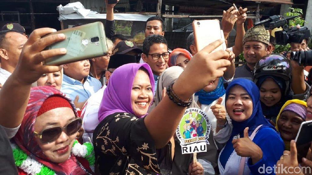 Kunjungi Pasar di Pekanbaru, Sandiaga Jadi Rebutan Selfie Emak-emak