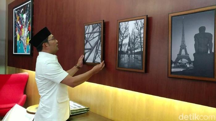 Ridwan Kamil beres-beres kantor Wali Kota Bandung (Tri Ispranoto/detikcom)