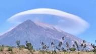 Heboh Ada Awan Mirip UFO di Atas Gunung Agung