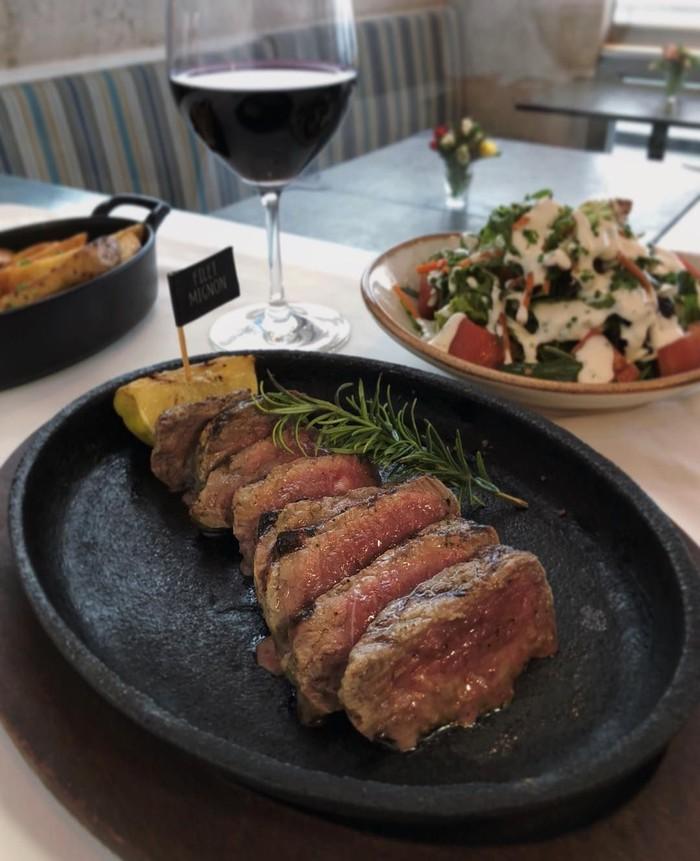 Meski harganyamahal, tapi banyak penggemar steak yang rela merogoh kocek untuk menikmati filet mignon. Tanpa saus dan topping lainnya, filet mignon milik @latrattoriadimambrino ini sudah terlihat menggugah selera. Foto: Instagram