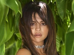 Selena Gomez Bagi-bagi Baju Gratis di Instagram