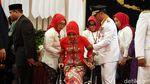 So Sweet! Kang Emil Dorong Kursi Roda Istri Saat Pelantikan