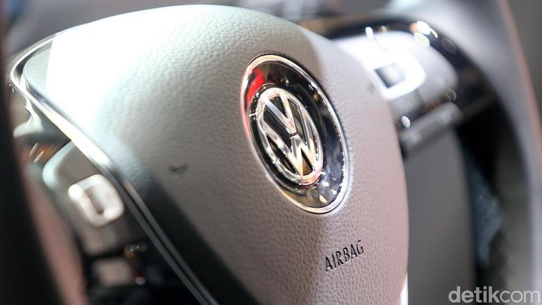 Logo mobil VW. Foto: Ari Saputra