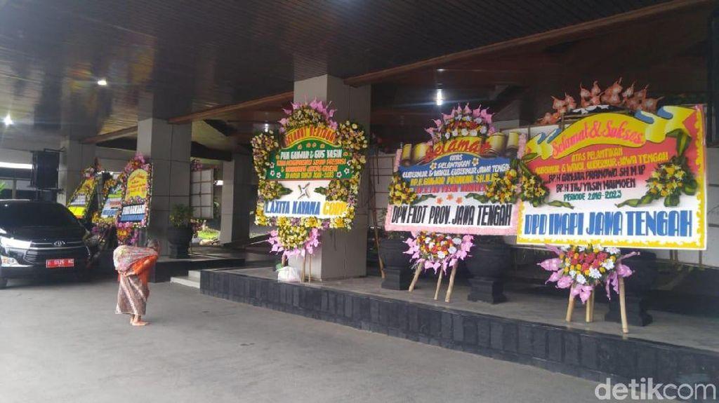 Pegawai Sampai Menteri Kirim Bunga untuk Pelantikan Ganjar-Yasin