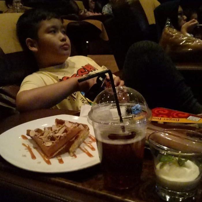 Kehadiran Ivan merupakan penantian panjang Inul Daratista dan suaminya, Adam Suseno selama 13 tahun. Ivan kini sudah berusia 9 tahun dan hobi nonton sambil ngemil waffle. Foto: Instagram ivanderdamares