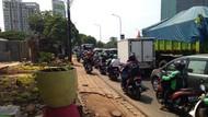 Duh! Trotoar di Jalan TB Simatupang Bikin Pejalan Kaki Tak Nyaman