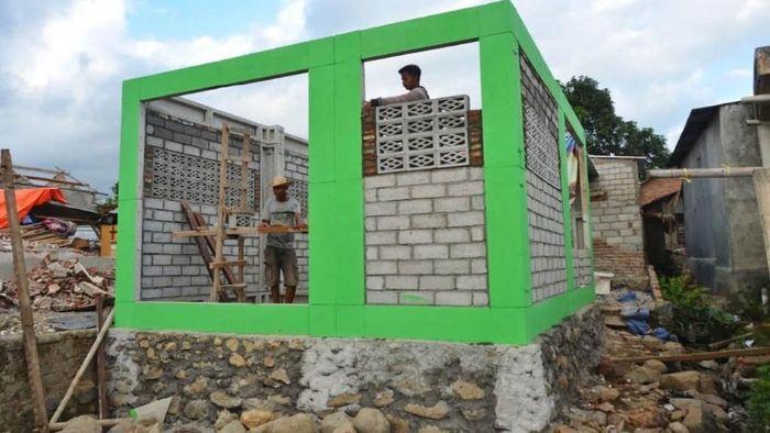 Presiden Jokowi mengecek pembangunan rumah tahan gempa di Lombok, Senin (3/9/2018). (Foto: Istimewa/Kementerian PUPR)