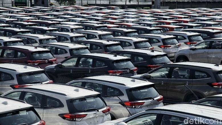 Ratusan mobil merk Toyota yang siap di ekspor berada di Indonesia Kendaraan Terminal, Tanjung Priok,  Jakarta Utara, Rabu (5/9). Toyota Indonesia mencatat telah mengekspor total 1,38 juta unit kendaraan completely built up (CBU) sejak mulai pengapalan Kijang generasi ketiga pada Agustus 1987 hingga Juli 2018.