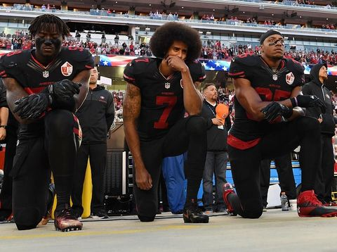 Colin dan rekannya menolak berdiri ketika lagu kebangsaan AS dikumandangkan.