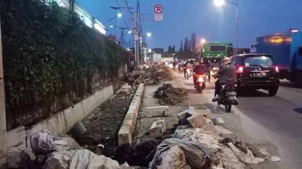 Tanah bekas galian menumpuk di pinggir jalan