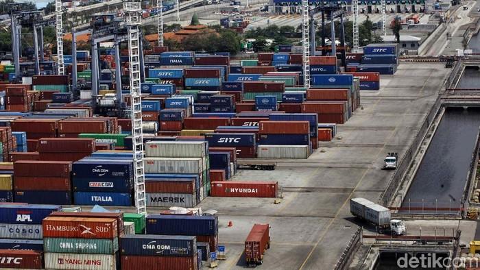 Suasana aktivitas bongkar muat di Jakarta International Container Terminal, Jakarta Utara, Rabu (5/9/2018). Aktivitas bongkar muat di pelabuhan tetap jalan di tengah nilai tukar rupiah terhadap dolar AS terpuruk. Begini suasananya.