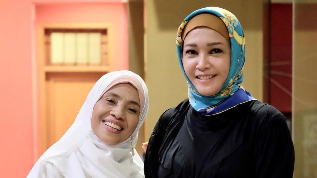 Cantiknya Maia Estianty Pakai Hijab Saat Pengajian Ulang Tahun Anaknya
