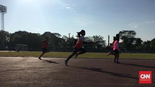 Susan Unggu (kanan) terus berlari meski tidak bisa melihat demi emas Asian Para Games 2018. (