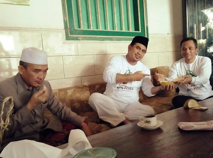 Di instagramnya, pria kelahiran Rambang, 2 Juli 1983 ini termasuk sosok yang aktif membagikan foto dan video. Termasuk momen kulinerannya, seperti saat makan durian ini. Foto: instagram @tajyasinmz