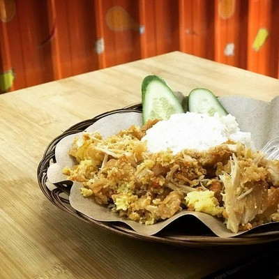 Ayam geprek di kedai ini bukan hanya bisa dinikmati dengan nasi hangat tapi juga dengan mie instan. Ayam Keprabon menawarkan geprek dengan level pedas yang bisa dipilih sesuai selera. Bisa juga cicip ayam geprek dengan keju mozarella. foto : instagram @ayamkeprabonexp.jembatanlima
