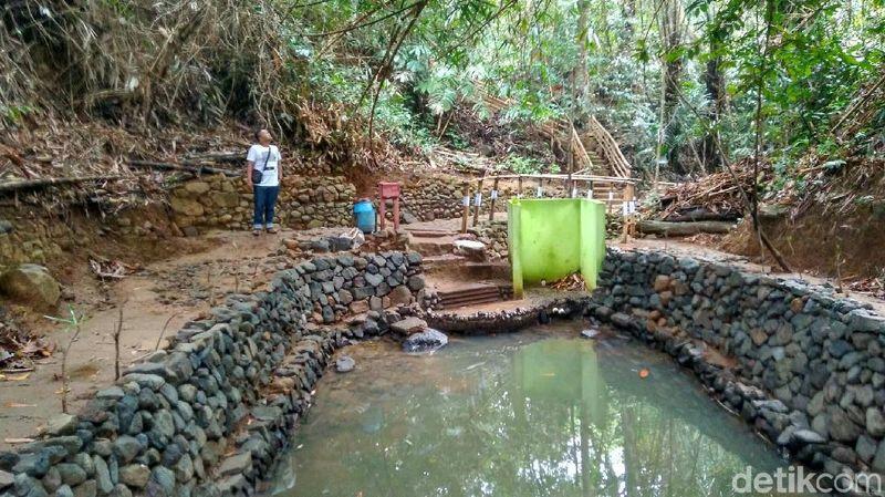 Ada mitos yang aneh di Situs Astana Gede Kawali, Kabupaten Ciamis, Jawa Barat. Peziarah atau wisatawan yang telah mandi di mata air Cikawali, akan melakukan ritual membuang pakaian dalam di lokasi itu. (Dadang Hermansyah/detikTravel)