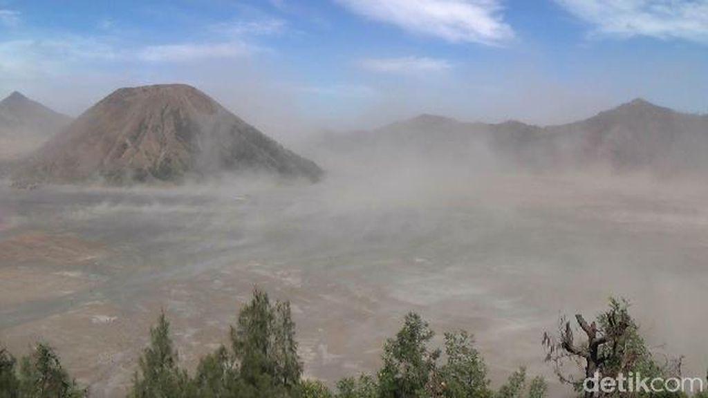 Badai Pasir di Bromo Diperkirakan Hingga Sepekan ke Depan