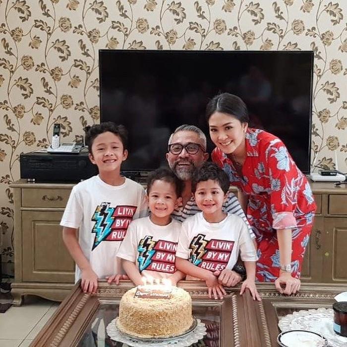 Pemilik nama asli Pricillia Pullunggono ini sedang merayakan ulang tahun suaminya, Lukman Sardi. Makin meriah dengan kehadiran 3 jagoan mereka dan kue ulang tahun. Foto: Instagram @lialukman