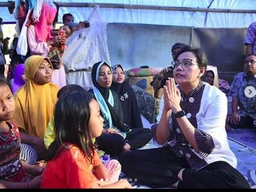 Sri Mulyani menyemangati anak-anak dan ibu-ibu korban gempa Lombok. (Foto: Instagram @smindrawati)