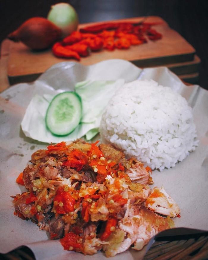 Kalau ngaku penyuka makanan pedas, coba dulu jajak ayam geprek Wong Sugih yang ada di Jl. Pangeran Antasari, Jakarta Selatan ini. Ayam goreng yang hampir hancur ini dihidangkan dengan sambal rawit yang banyak. foto : instagram @wongsugih