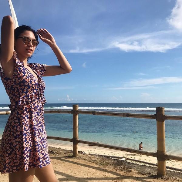 Mengenakan dress bunga-bunga dan kacamata, Mika siap main di pantai nih. (Instagram/@reyesmikaaa)