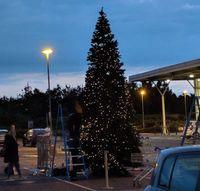Aneh! Supermarket Ini Sudah Pajang Pohon Natal di Lahan Parkirnya