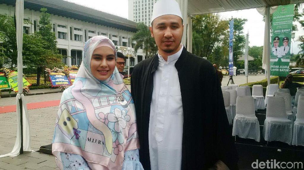 Gaya Hijab Kartika Putri dan 4 Artis Lainnya yang Dinikahi Ustaz