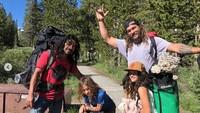 Jason selalu mengajak kedua anaknya untuk menikmati alam dan kegiatan outdoor lainnya. Dok. Instagram/prideofgypsies