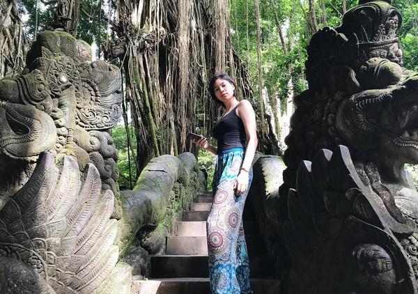 Mika sepertinya suka dengan wisata alam. Dia gemar yang hijau-hijau dan penuh kesejukan. (Instagram/@reyesmikaaa)