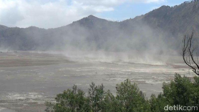 Badai pasir Bromo, kerap terjadi di musim kemarau seperti saat ini. Sementara material badai sendiri, berupa pasir bercampur abu vulkanik. (M Rofiq/detikTravel)