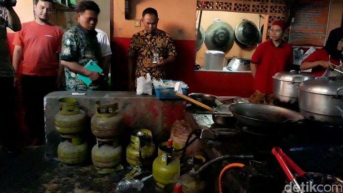 Di salah satu rumah makan ayam goreng, petugas menemukan sejumlah tabung gas bersubsidi 3 kg di dapur rumah makan tersebut.