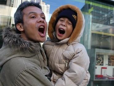 Ketika Alam Ganjar kecil bersama sang ayah. Lucu banget posenya. (Foto: Instagram @alamganjar)