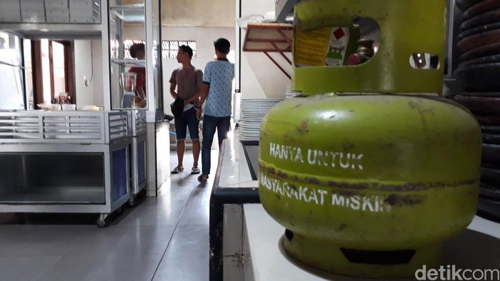 Tim gabungan Pertamina, Polres dan Pemkab Brebes, Jawa Tengah, Kamis (6/9/2018) siang melakukan razia ke sejumlah rumah makan dan industri. Hasilnya, sebagian besar rumah makan atau restoran besar masih menggunakan gas bersubsidi 3 kg untuk memasak.