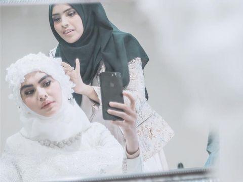 Gaya Kartika Putri Pakai Baju Pengantin Hijab, Bikin Pangling