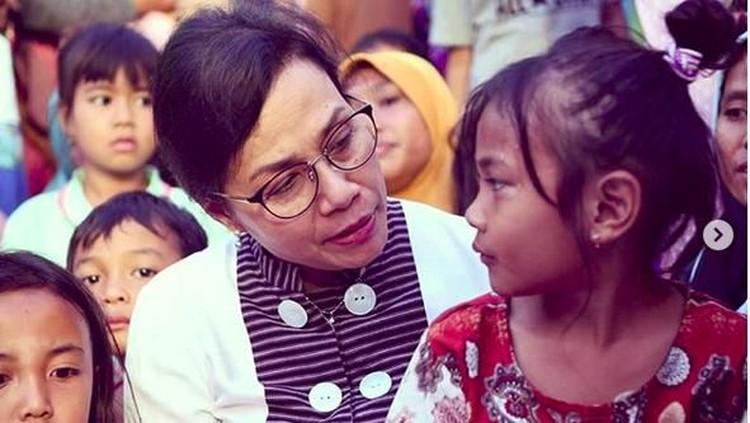 Sri Mulyani sedang mendengarkan curhat seorang anak korban gempa Lombok. Tatapan mata Sri Mulyani ke anak itu menandakan kecintaan. Setuju, Bun? (Foto: Instagram @smindrawati)