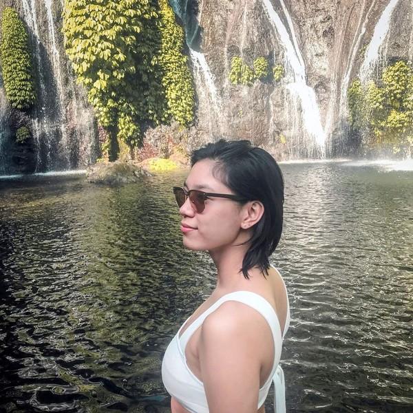 Tak cuma pantai, gadis 24 tahun ini juga main ke air terjun cantik di negaranya. Lewat Instagram, Mika memamerkan kecantikan Air Terjun Banyumala. (Instagram/@reyesmikaaa)