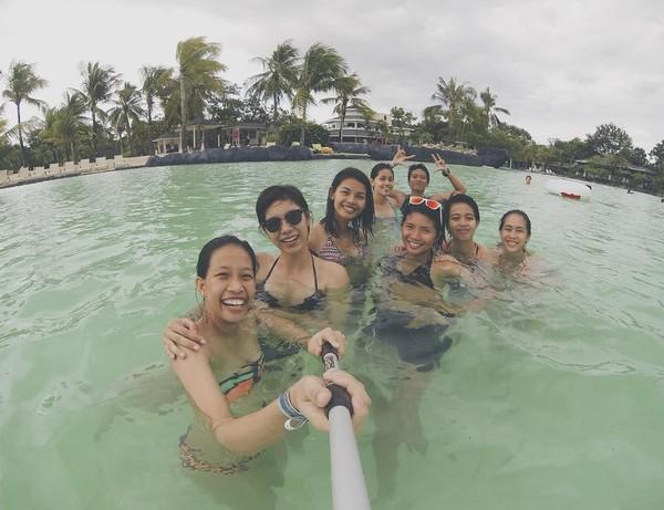 Bersama teman-temannya, Mika main air di Pulau Cebu (Instagram/@reyesmikaaa)