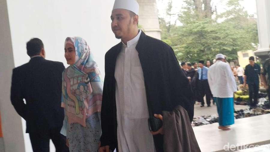 Mesranya Kartika Putri dan Habib Usman, Gandengan Terus!