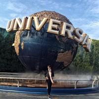 Mika dengan rambut yang lebih pendek berpose di depan logo Universal Studio Osaka yang tersohor. (Instagram/@reyesmikaaa)