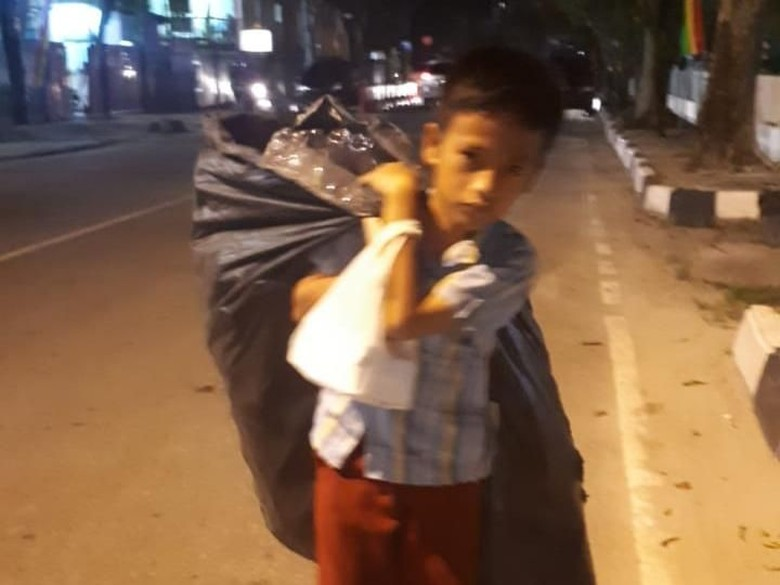 Ayah Sakit, Siswa SD Ini Jadi Pemulung hingga Tengah Malam