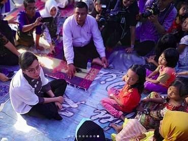 Lihat deh anak-anak korban gempa Lombok bersemangat bertemu Sri Mulyani. Mereka duduk teratur mendengarkan Sri Mulyani berbicara. (Foto: Instagram @smindrawati)