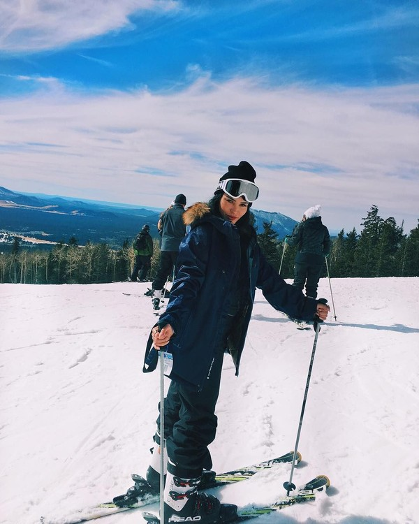 Selain pantai, Claudia juga menikmati traveling ke pegunungan buat main ski (claudiaalende/Instagram)
