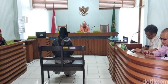 Sidang pemeran wanita video porno bocah Bandung (Foto: Dony Indra Ramadhan)